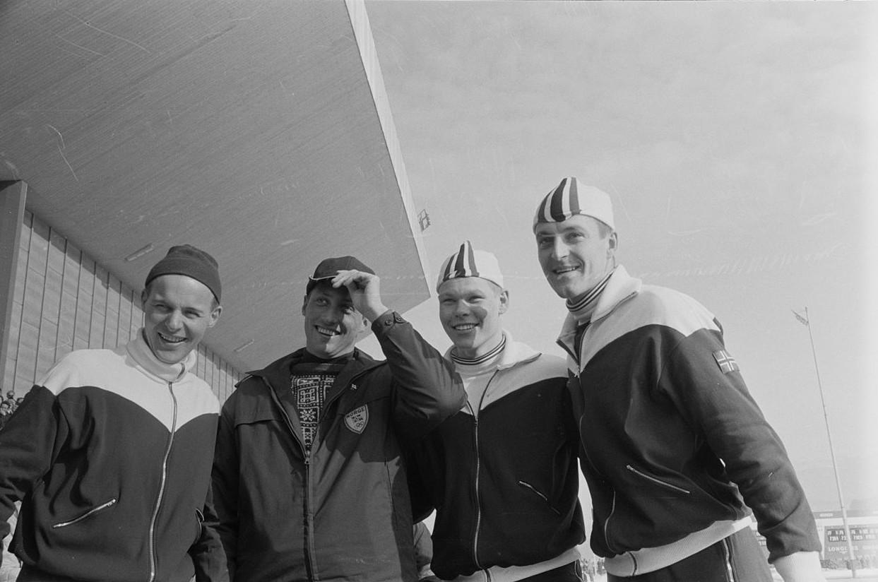 Bilde av de norske medaljevinnerne på 5000 m, sammen med Kronprins Harald.