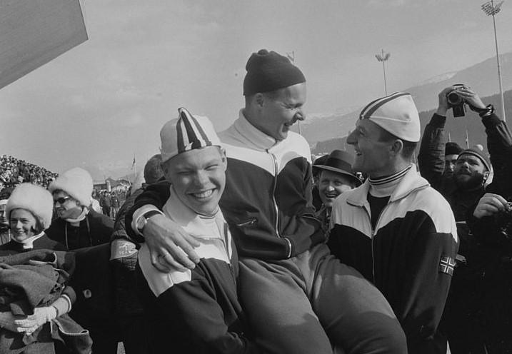 Bilde av Knut Johannesen som hylles av sine lagkamerater etter å ha tatt gull på 5000 m under OL i Innsbruck i 1964. (Foto: Billedbladet NÅ/Riksarkivet)