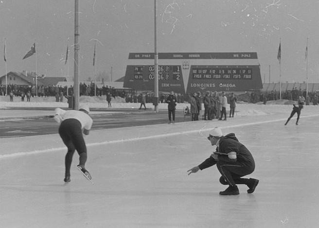 Bilde av Aage Johansen som sekunderer Per Ivar Moe på siste vekslingsside på 5000 m under OL i 1964.