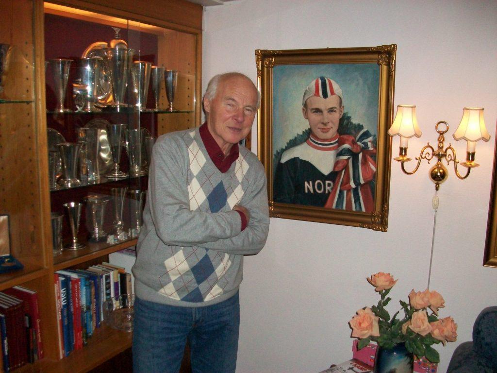 Bilde av Knut Johannesen foran premiesamlingen sin.