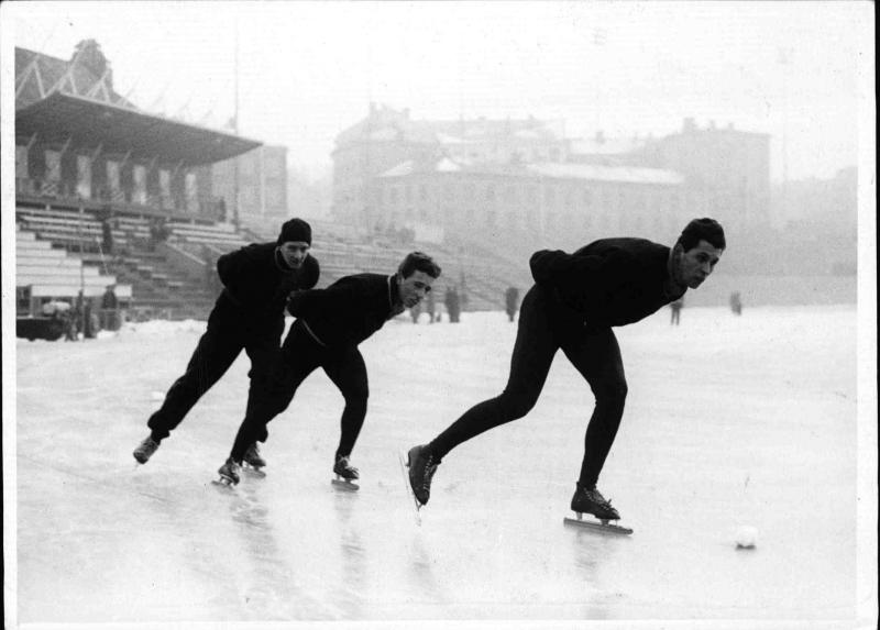 Bilde av Arthur Mannsbarth foran to andre skøyteløpere fra Østerrike under trening på Bislett i forbindelse med OL i 1952.