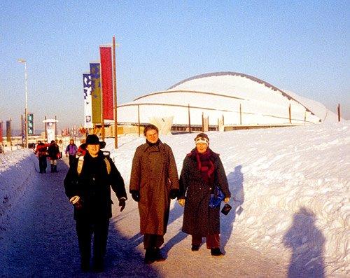 Bilde av forventningsfulle tilskuere utenfor Vikingskipet under OL i 1994. (Foto: Bjarte Hetland)