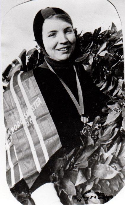 Bilde av Sigrid Sundby ned laurbærkrans etter NM-tittel i 1968