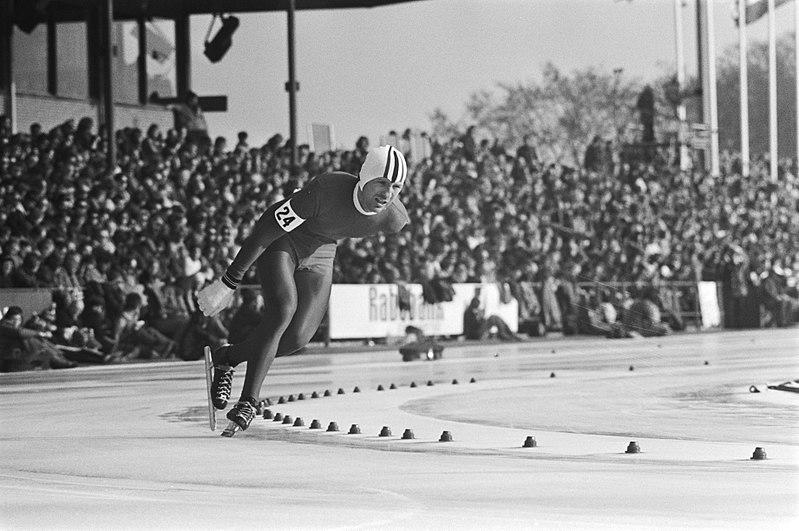 Bilde av Sten Stensen i aksjon under VM i Heerenveen i 1976.