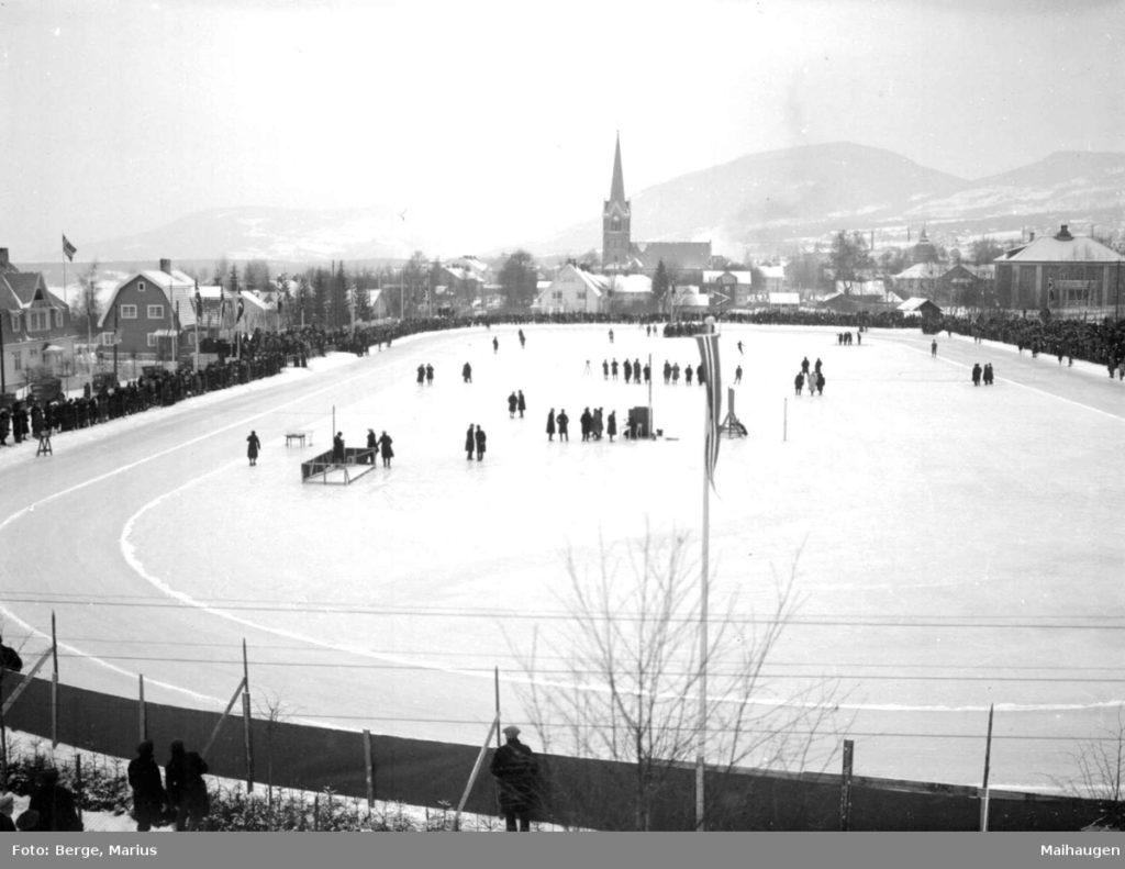 Bilde av Sportsplassen på Lillehammer, tatt under NM i 1929.