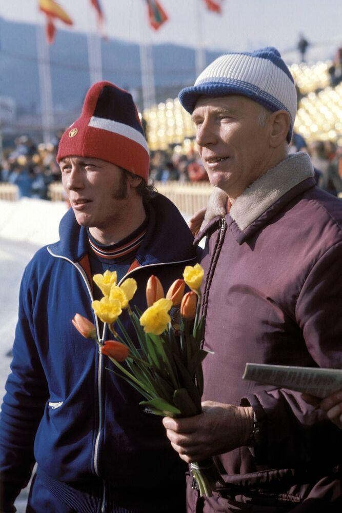 Bilde av skøyteløperen Jevgenij Kulikov, sammen med treneren, Konstantin Kudrjavtsev.
