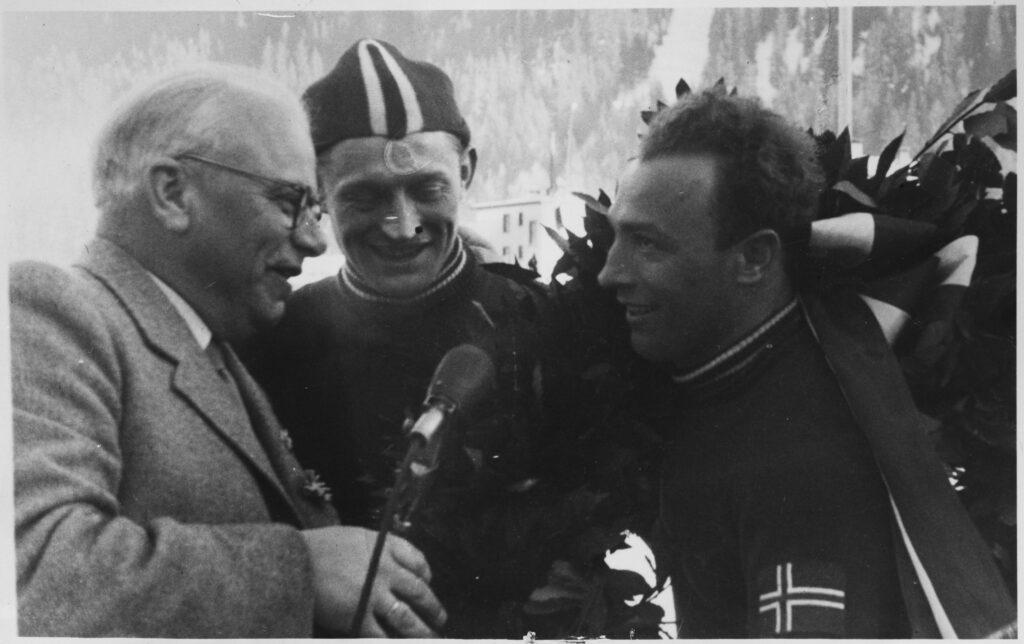 """Bilde av Hjalmar """"Hjallis"""" Andersen og Sverre Farstad etter at Farstad tok EM-gull i Davos i 1949."""