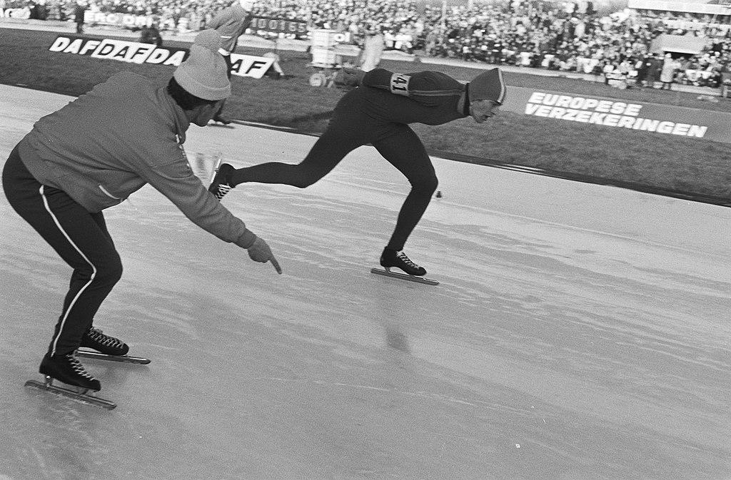 Bilde av Ard Schenk som sekunderes av sin trener, Leen Pfrommer.