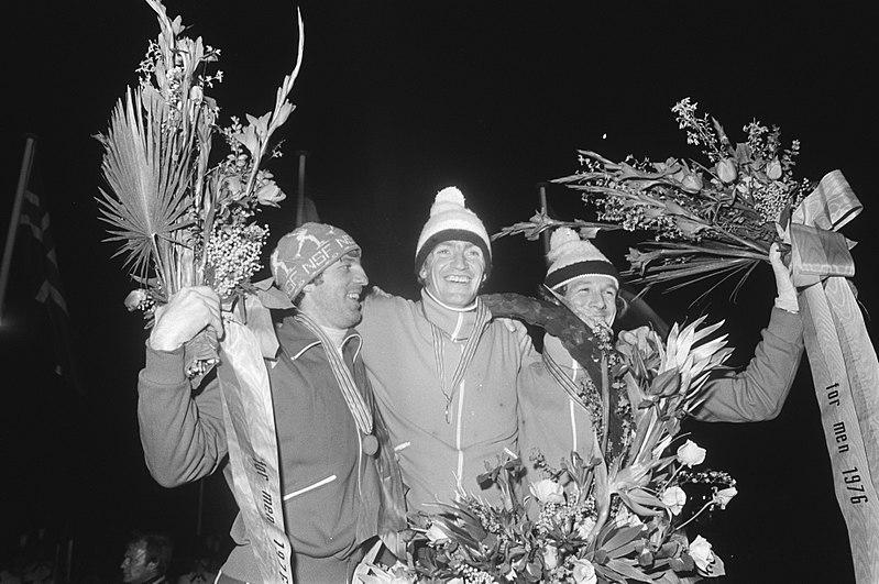 Bilde av Sten Stensen, Piet Kleine og Hans van Helden på seierspallen under VM i Heerenveen i 1976.